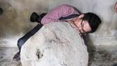 Quảng Ngãi: Phát hiện Tù Và bằng đá, nặng 200kg trên thảo nguyên