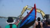Quảng Ngãi: Hàng trăm người dân trục vớt 2 chiếc tàu đắm do sóng đánh chìm