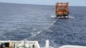 Quảng Ngãi: Lai dắt tàu cá và 7 ngư dân về đất liền