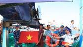 Cảnh sát biển thăm và tặng quà cho ngư dân đảo Lý Sơn