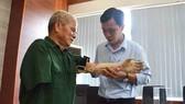 Cánh tay robot do sinh viên Trường Đại học Phạm Văn Đồng chế tạo trao tặng cho thương binh ở Quảng Ngãi