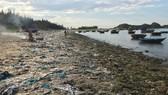 Chỉ 7 ngày, 140 người dân dọn sạch rác bãi biển Sa Cần