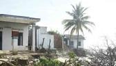 Hàng chục nhà dân bị sóng biển đánh sập ở khu vực bờ bắc Cửa Đại (Quảng Ngãi)
