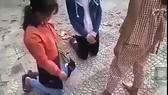 Một clip trên mạng xã hội cảnh em L.T.A.T đánh 2 bạn nữ sinh. Ảnh chụp lại từ clip