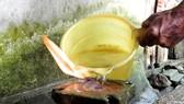 Khi đổ nước lạnh vào miệng giếng thì càng cháy, không dập tắt được. Ảnh: Ngọc Oai
