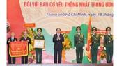 Chủ tịch nước Trần Đại Quang trao danh hiệu Anh hùng Lực lượng vũ trang nhân dân cho  Ban Cơ yếu thống nhất Trung ương Cục miền Nam. Ảnh: Việt Dũng