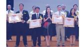 Kỷ lục gia Đinh Công Tường (người thứ 2 bên trái) đón nhận bằng khen và cúp Trí thức tiêu biểu Việt Nam năm 2016