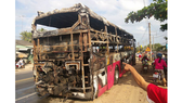 Xe khách giường nằm bốc cháy dữ dội trên Quốc lộ 1