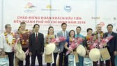 """Nhiều đoàn khách quốc tế """"xông đất"""" du lịch Việt Nam ngày đầu năm 2018"""