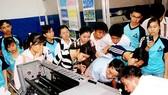 Sinh viên Trường ĐH Sư phạm Kỹ thuật TPHCM trong buổi thực tập với các thiết bị in. Ảnh minh họa: T.Minh