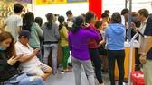 Khách hàng ký tên sau khi đã đăng ký thông tin cho thuê bao thành công tại trung tâm Viettel trên đường Lê Hồng Phong (quận 5, TPHCM). Ảnh: KIM HUYỀN
