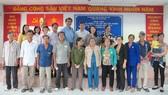 Người dân có hoàn cảnh khó khăn ở huyện Bình Chánh, TPHCM được tặng thẻ BHYT. Ảnh: VIỆT NGA