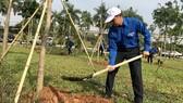 Các bạn thanh niên, học sinh hưởng ứng lễ tết trồng cây 2018. Ảnh: KIỀU PHONG