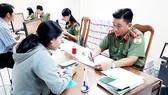 Cán bộ Phòng Quản lý xuất nhập cảnh, Công an TPHCM hướng dẫn người dân và tiếp nhận hồ sơ làm hộ chiếu