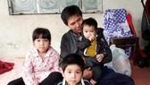 Vợ mất đi, để lại gánh nặng kinh tế, nuôi 3 con nhỏ cho anh Phạm Quốc Việt. Ảnh: DÂN VIỆT