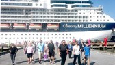 Một tàu du lịch cao cấp đưa khách cập cảng Chân Mây