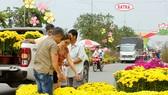 Người dân tham quan và mua sắm tại Chợ hoa xuân Bình Điền năm 2018