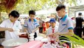 Người lao động xếp hàng trật tự vào quán cơm Đồng Hành để có bữa trưa đủ chất