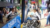 Người khuyết tật được cấp thẻ đi xe buýt miễn phí