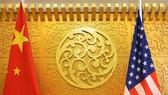 Quốc kỳ của Trung Quốc và Mỹ. Ảnh:  REUTERS