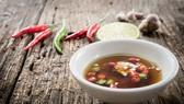 Chén nước mắm chấm với một chút tỏi, ót luôn có mặt trong mâm cơm của mọi gia đình người Việt.