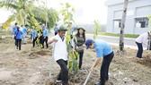 Công nhân Khu công nghiệp Tân Tạo (TPHCM) ra quân dọn sạch rác, khơi thông cống rãnh