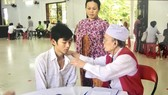 Bác Bảy Bình trong một chuyến khám bệnh,  phát thuốc ở vùng sâu vùng xa.