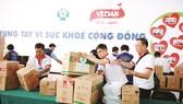 Tập thể nhân viên Vedan Việt Nam tất bật chuẩn bị cho hoạt động khám bệnh, phát thuốc miễn phí
