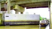 Ngành nông nghiệp tỉnh Hậu Giang phải đóng cống đề phòng nước mặn xâm nhập. Ảnh: CAO PHONG