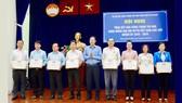 Phó Chủ tịch Thường trực Ủy ban MTTQ Việt Nam TPHCM Nguyễn Thành Trung tặng Bằng khen cho các tập thể. Ảnh: hcmcpv