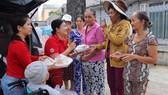 Tấm lòng thiện của bà Phạm Thị Hương (thứ 2 từ trái sang) đã lan tỏa đến bạn bè và người thân trong gia đình