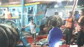 Ảnh: Lực lượng BĐBP tỉnh Bà Rịa – Vũng Tàu tiến hành kiểm tra trên 2 tàu cá chở dầu lậu.
