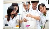 Sinh viên Khoa Công nghệ Hóa học-Thực phẩm Trường ĐH Nguyễn Tất Thành trong giờ thực tập