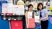Người tiêu dùng tham gia chương trình khuyến mãi nhận quà miễn phí tại siêu thị