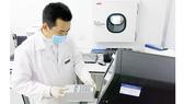 Chuyên viên Viện Công nghệ Gen Vinmec thực hiện giải trình tự ADN ty thể trên máy giải trình tự gen thế hệ mới Miseq