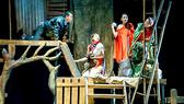 Cảnh trong vở Vòng phấn Kavkaz - Nhà hát Tuổi Trẻ