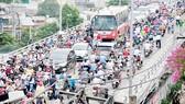 Phương tiện giao thông qua cầu Chánh Hưng. Ảnh: CAO THĂNG