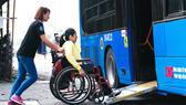 Xe buýt CNG sàn thấp, có đường xe lăn lên xuống phục vụ người khuyết tật
