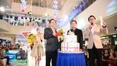 Ông Chang Yeng Cheong - Tổng GĐ VCCD và ông Phan Thành Duy - GĐ TTTM SC VivoCity cùng cắt bánh kem mừng sinh nhật 2 tuổi SC VivoCity