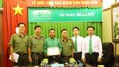 Lãnh đạo PA81 và Tập đoàn Mai Linh trao bằng khen cho nhân viên điều hành taxi Mai Linh  