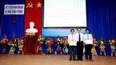 PGS.TS Trương Quang Bình Phó, Giám đốc BV Đại học Y Dược trao chứng chỉ can thiệp tim mạch cho BV Đa khoa tỉnh Ninh Thuận
