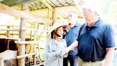 Ông Mike Poehm thăm hỏi người già ở làng Sơn Mỹ