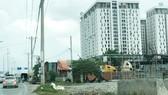 Các kho bãi xây dựng trái phép, không có trong quy hoạch,  chen dày hai bên đường Vành đai 2