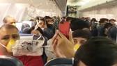 Hành khách đeo mặt nạ oxy khi máy bay Jet Airways bị mất áp suất cabin ngày 20-9-2018. Ảnh: TWITTER/DARSHAKHATHI