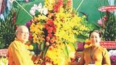武氏蓉同志向市越南佛教教會贈送鮮花。(圖源:互聯網)
