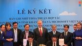 慶和省人委會主席黎德榮與微軟代表人簽署了按智慧城市模式建設芽莊市提案的落實備忘錄。(圖源:慶和省電子報)