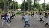 民眾在第一郡騷壇公園內休閒和做運動。