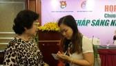 本報記者心雨正在訪問原國家副主席張美華。