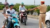 本市交警勒令違反交規者停車檢查。(圖源:互聯網)