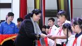 國會常務副主席從氏放向檳椥省SOS兒童村及清貧少兒頒發獎學金及中秋節禮物。(圖源:人民代表)